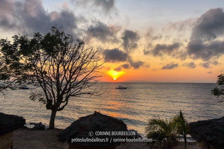 Tournée vers l'est, la plage du Kalimaya offre chaque matin, vers 6h20, des levers de soleil somptueux. (Sumbawa, Indonésie, juillet 2018)