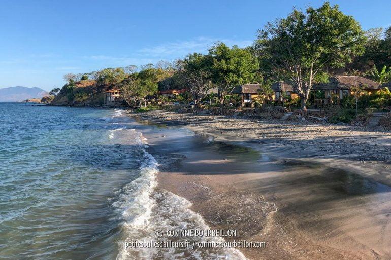 Sur la plage, le sable noir se mêle au sable blond. (Kalimaya Dive Resort, Sumbawa, juillet 2018)