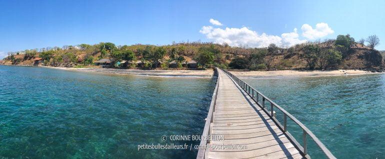 Vue sur la plage du Kalimaya, depuis le bout du long ponton. (Sumbawa, Indonésie, juillet 2018)