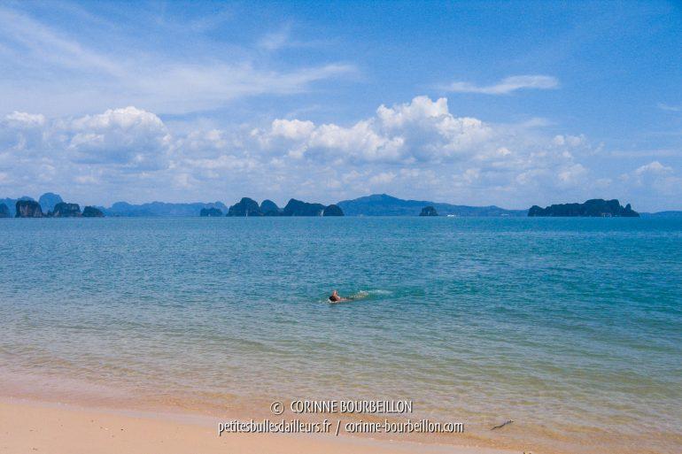 À l'horizon, les rochers karstiques qui parsèment la baie de Phang Nga. (Thaïlande, Koh Yao Noi, février 2009)