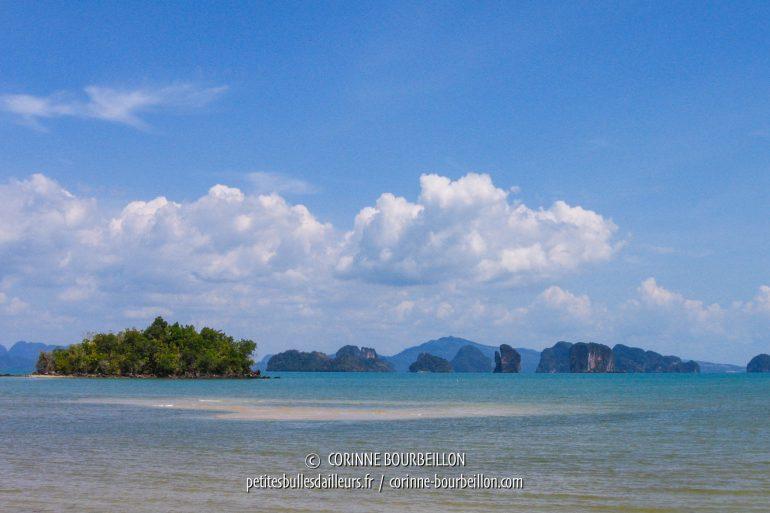 Koh Yao Noi est au cœur de la fabuleuse baie de Phang Nga, semée d'îlots et pitons calcaires, qui se découpent dans la brume bleutée de l'horizon. (Thaïlande, février 2009)