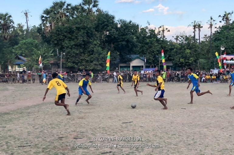 Sur la route entre Sape et le Kalimaya Resort, un match de foot a attiré tous les gens des environs. (Sumbawa, Indonésie, juillet 2018)