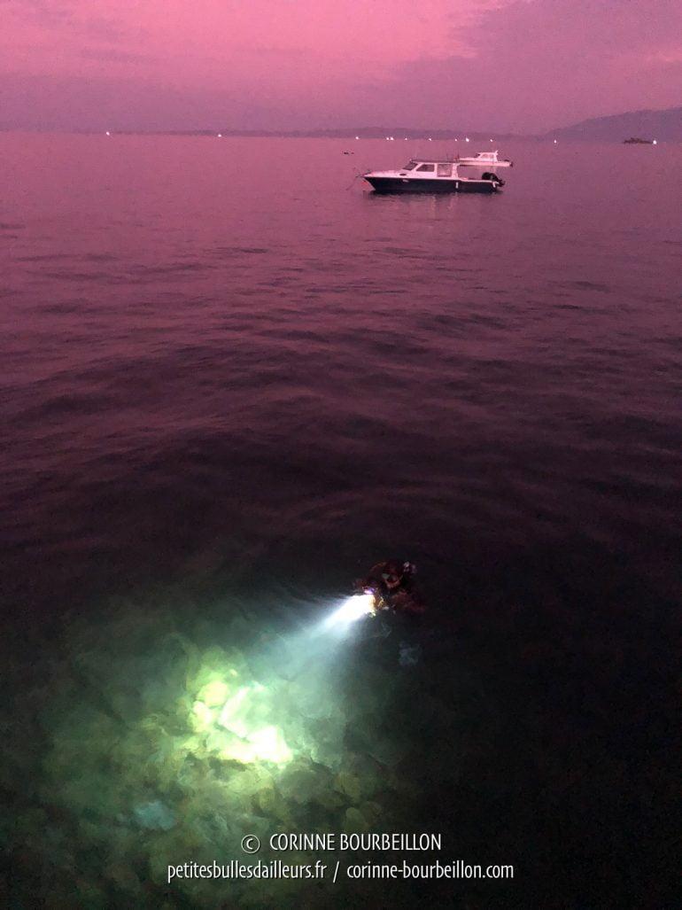 """Le soir venu, certains ont encore envie de plonger et partent en """"night dive"""". (Kalimaya Resort, Sumbawa, Indonésie, juillet 2018)"""