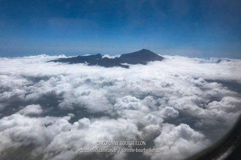 Quelques instants après, nous survolons Lombok et nous apercevons un autre volcan, le Rinjani. (Lombok, Indonésie, juillet 2018)