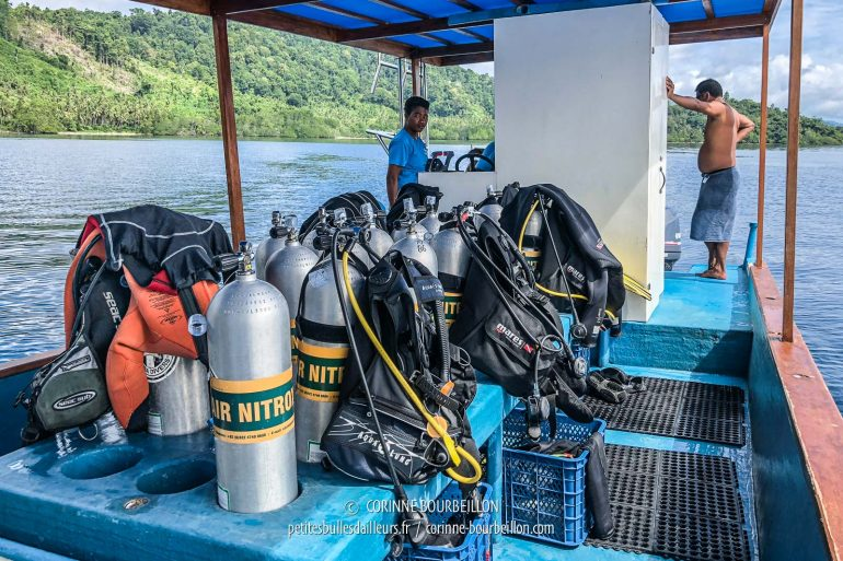 Surface interval. The pile, on the left, is a 5mm combi, a 2.5mm mouse and a small turtleneck lycra ... Guess who needs all this to be comfortable in water at 27-28 ° C? (Sali Kecil, Halmahera, Indonesia, July 2018)