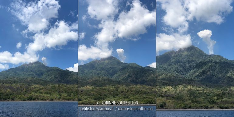 En contournant l'île, on aperçoit un petit panache de fumée jaillir du cratère, à droite... (Sangeang, Indonésie, juillet 2018)