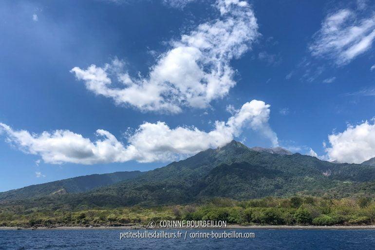On distingue mieux le sommet des cratères sous cet angle. (Sangeang, Indonésie, juillet 2018)