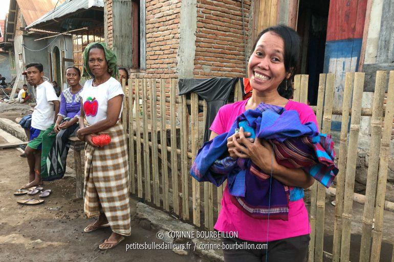 Cette jeune femme du village voisin, au sourire éclatant, travaille pour le resort. Nous lui avons confié des pièces de tissu traditionnel que nous avons achetées près de Sape, qu'elle va coudre pour les transformer en sarong. (Sumbawa, Indonésie, juillet 2018)