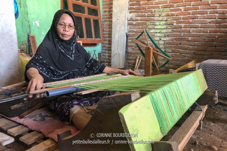 Dans son atelier près de Sape, une tisserande s'est installée à son métier pour nous faire la démonstration de ce savoir-faire traditionnel. Un travail de patience... (Sumbawa, Indonésie, juillet 2018)
