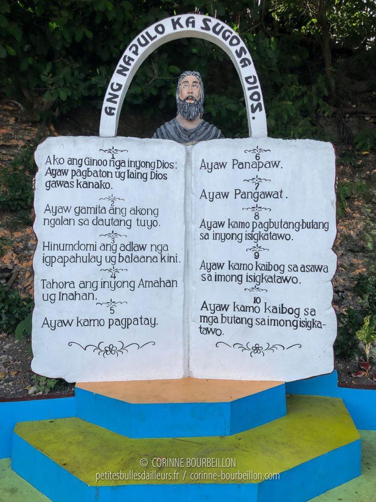 Au petit port de Talisai, on est accueilli par les 10 Commandements. (Cabilao, Philippines, février 2019)