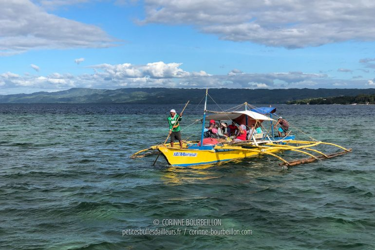 """Bangkas (or bancas), traditional Philippine boats with pendulums, act as a """"ferry"""" between Bohol and Cabilao. (Philippines, February 2019)"""