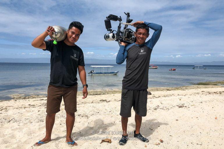 Jamais je n'ai réussi à porter moi-même mon appareil-photo jusqu'au bateau... Il y a toujours une main serviable qui se précipite pour m'aider. (Philippines, Cabilao, février 2019)