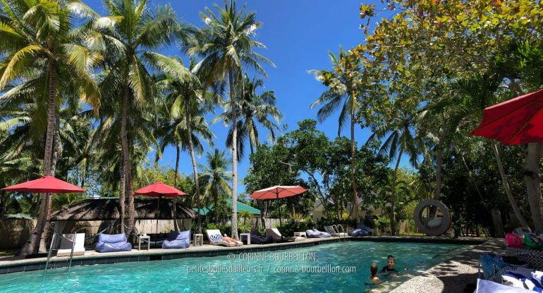 La jolie petite piscine, un peu allongée et déformée par le mode panoramique de l'iPhone. (Cabilao, Philippines, février 2019)