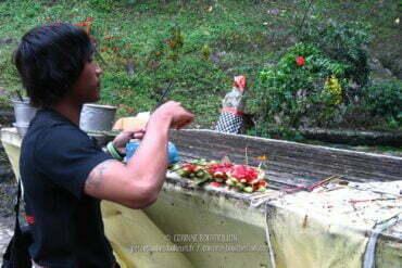 Offrandes au temple de Lempuyang. Région d'Amed et Amlapura. (Bali, Indonésie, juillet 2008)