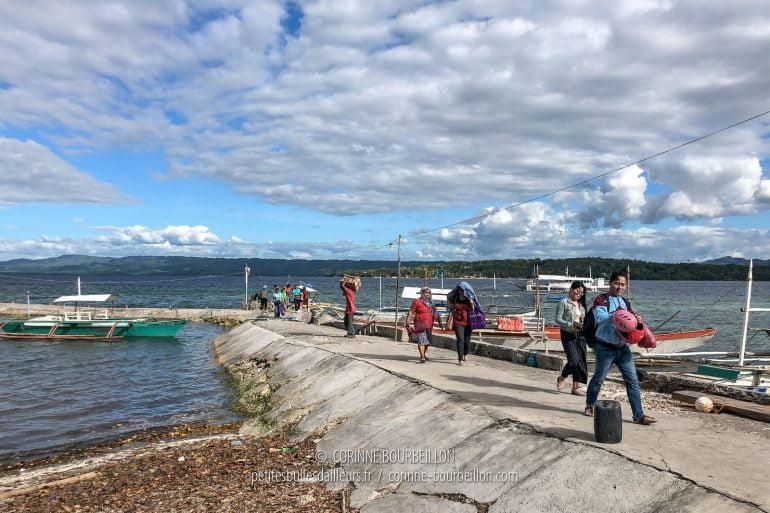 Les passagers de la bangka-ferry viennent de débarquer. (Cabilao, Philippines, février 2019)