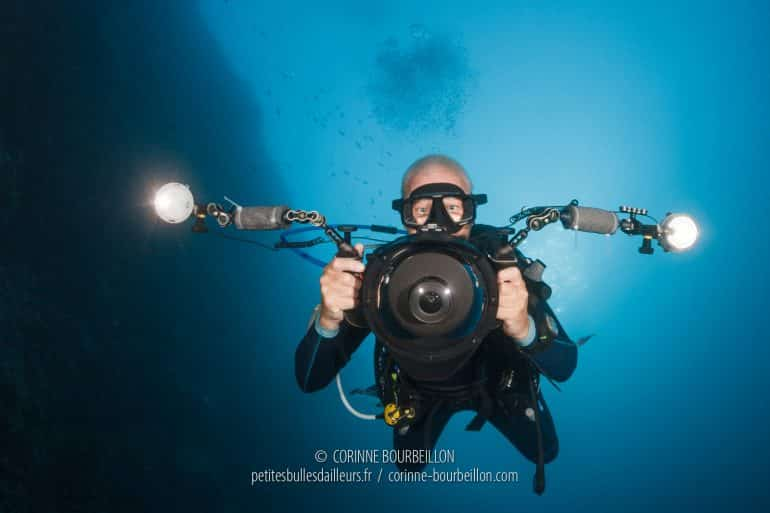 "Le biologiste marin Steven Weinberg en mode ""chasseur d'images"". (Tubbataha, Philippines, mai 2018)"