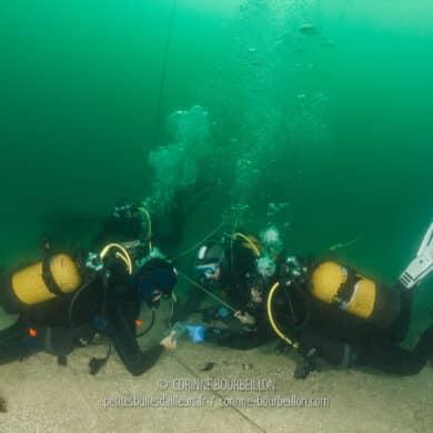 Mes camarades stagiaires, fort occupés à marquer une position, avec un parachute de surface. (Trébeurden, juin 2020)