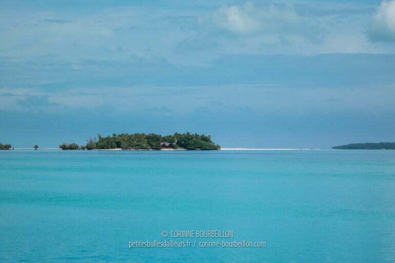 Un banc de sable blanc, comme posé sur l'horizon turquoise des eaux de Maratua. (Bornéo, Indonésie, juillet 2013)
