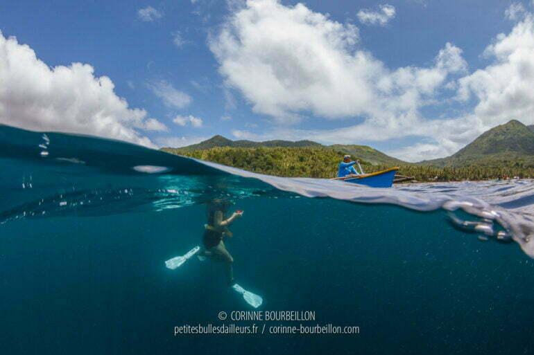 Dans leurs bancas, les guides de Kasaka gardent un œil sur les touristes à l'eau devant la plage de Pintuyan, et les orientent vers les requins-baleines qui passent et repassent tout près de la surface. (Sogod Bay, Leyte, mars 2020)