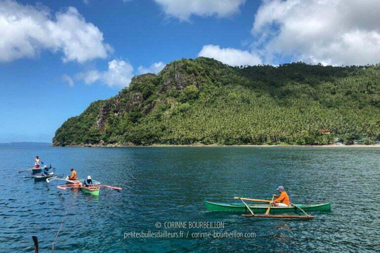 """Une flottille de mini-bancas s'est amarrée à la poupe de notre bateau. Ce sont les guides de l'association Kasaka, qui accompagnent les """"whale shark tours"""" devant le village de Pintuyan. (Sogod Bay, Leyte, Philippines, mars 2020)"""